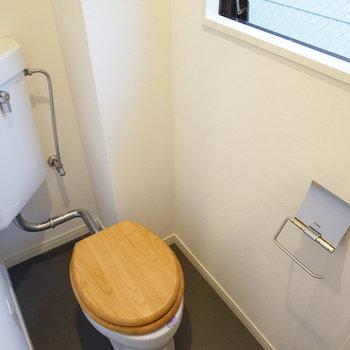 木製便座のトイレには窓も!※写真は前回施工した2階のお部屋のもの
