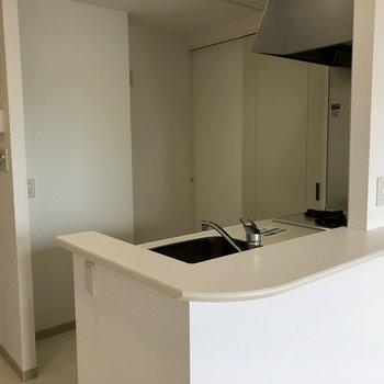 白を基調としたキッチン※写真は同間取り別部屋です