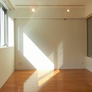 ピクチャーレールにレールライトと細部にもこだわりも!※写真は2階同間取り別部屋のものです