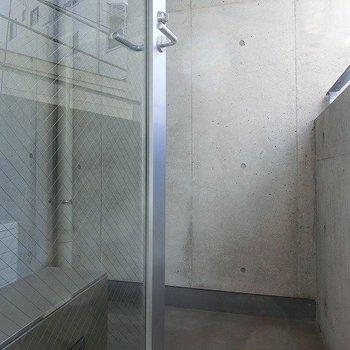 ベランダはコンパクト。※写真は2階同間取り別部屋のものです