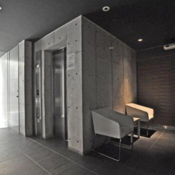重厚感あるエレベーターホール。