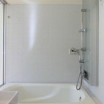 海外風なバスルーム。※写真は2階同間取り別部屋のものです