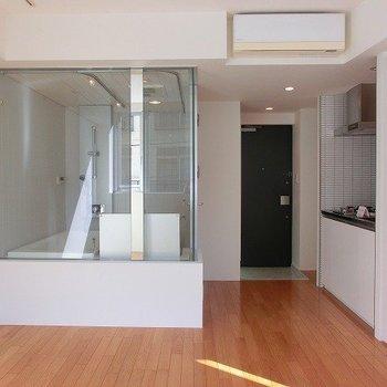 ガラス張りで開放的な空間に。※写真は2階同間取り別部屋のものです