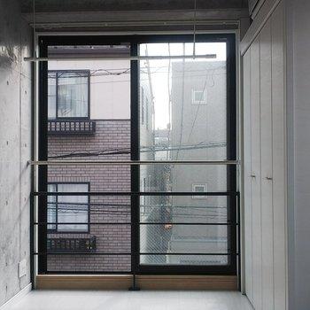 一面が窓になっています。気持ち良い!※写真は3階の反転間取り別部屋のものです