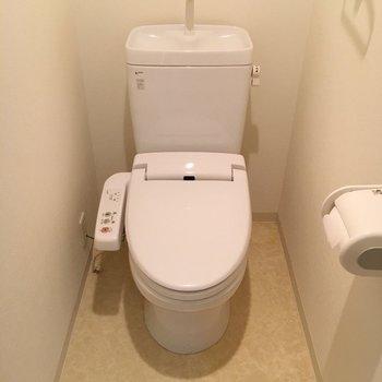 ウォシュレット付きのおトイレ。※写真は9階の同間取り別部屋のものです