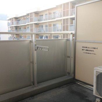 バルコニー広めで洗濯物もしっかり干せそう。※写真は9階の同間取り別部屋のものです