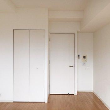 柔らかい色合いのお部屋。※写真は9階の同間取り別部屋のものです