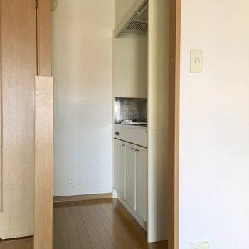 キッチンも細くコンパクトです