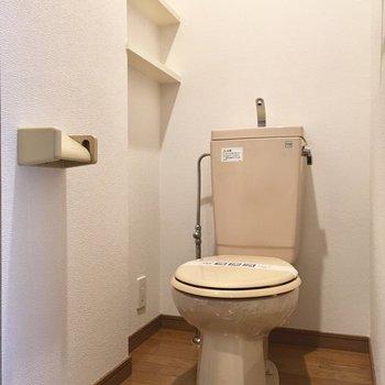 トイレには棚付きで、必需品並べたりね!
