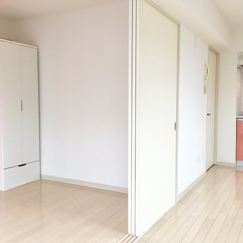 白い引き戸で仕切れるお部屋。※写真は前回募集時のものです