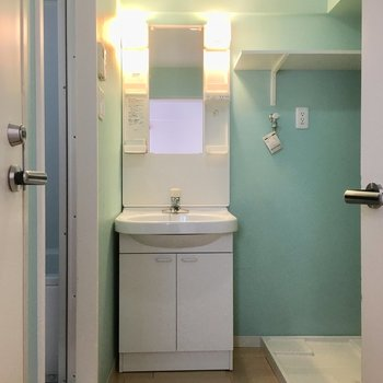 ミントグリーンの洗面スペースは玄関前に。※写真は前回募集時のものです