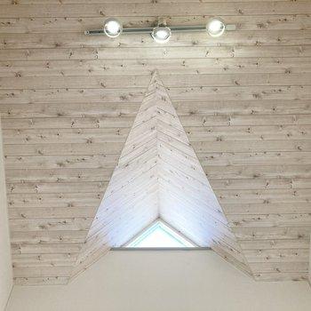 天井のライトと三角の天窓が素敵。