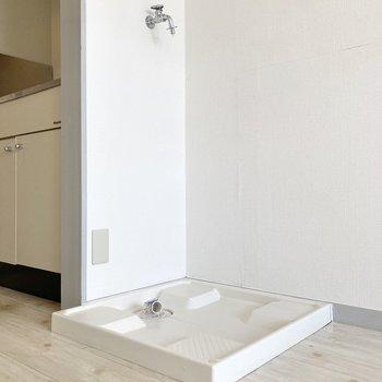 洗濯機置き場は居室側のキッチンのお隣に。