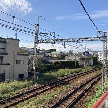 共用部のすぐ真横に線路が通っています。