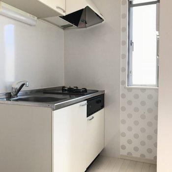 キッチンの壁紙はドット柄!※写真は2階の反転間取り別部屋のものです。