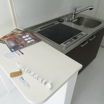 ミニカウンター付きのシステムキッチンです