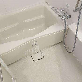 お風呂には乾燥機能ついています。※写真は1階の反転間取り別部屋のものです。