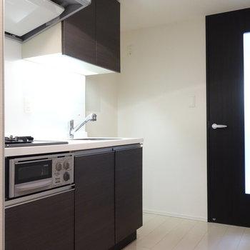 キッチンには冷蔵庫置場がしっかりありますね。※写真は1階の反転間取り別部屋のものです。