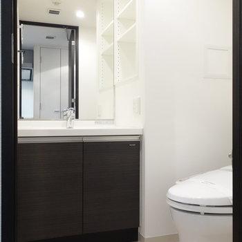 脱衣所に独立洗面台。※写真は1階の反転間取り別部屋のものです。