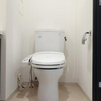 ウォシュレット付トイレも脱衣所にあります。※写真は1階の反転間取り別部屋のものです。