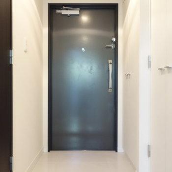 その玄関がこちら。右手前の扉の箇所に洗濯機置場です。※写真は1階の反転間取り別部屋のものです。