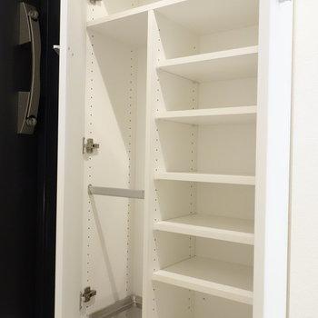 玄関収納。靴だけじゃなくて、傘も収納できますね。※写真は1階の反転間取り別部屋のものです。