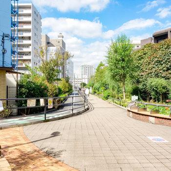 駅から目黒川緑道を歩いた先に。