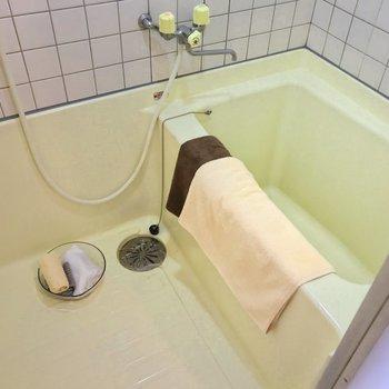 お風呂は独立。ゆったり疲れを取れそうです。(※写真の小物は見本です)