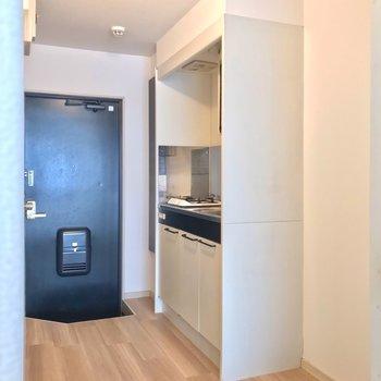 キッチンのシンク側に冷蔵庫を置けますよ。
