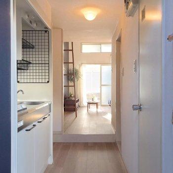 玄関側と居室は段差で仕切られています。(※写真の家具・小物は見本です)
