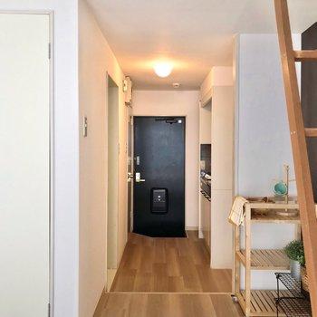 つづいて、廊下へ。(※写真の小物は見本です)