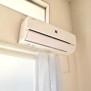 窓際には新しいエアコン!2019年製ですよ。