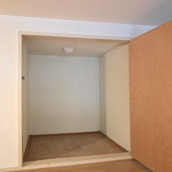 扉付きの収納もありますよ。