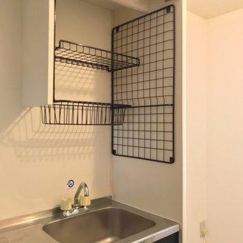 ワイヤーネットの棚には布巾を置いて、水切りカゴとしても使えそう!