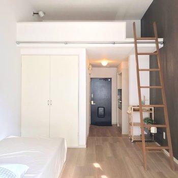 廊下と居室は段差で仕切られているので、メリハリをつけやすいです。(※写真の小物は見本です)