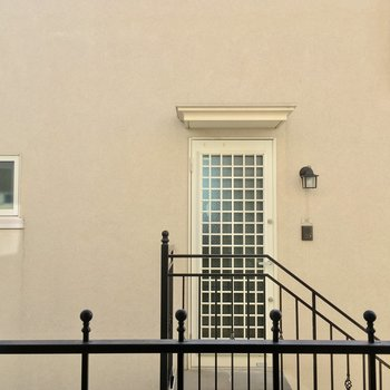 ちなみに眺望はお向かいさんの玄関です…※写真は前回募集時のものです。