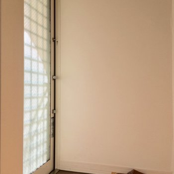 キッチンのの背面に玄関です※写真は前回募集時のものです。