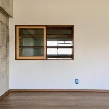 リビングには小窓が付いています。窓の奥はダイニングにつながっていますよ。(※写真は清掃前のものです)