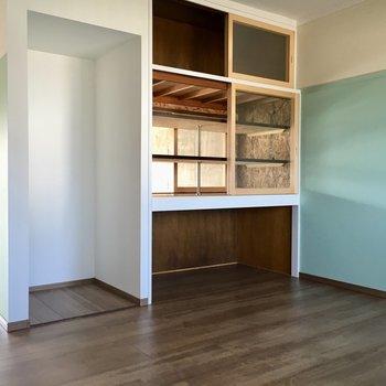 リビングにつながっている棚も付いています。お隣は冷蔵庫置場ですね。(※写真は清掃前のものです)