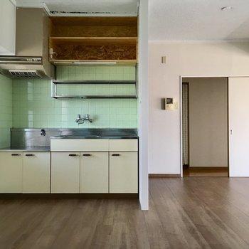 ちょっぴりレトロなキッチンが愛らしいなぁ。(※写真は清掃前のものです)