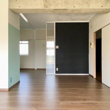 黒のアクセントクロスが、お部屋をキリッと引き締めてくれます。(※写真は清掃前のものです)