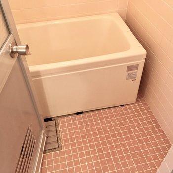 お風呂はタイルなので、すのこを敷いて寒さ対策に!(※写真は清掃前のものです)