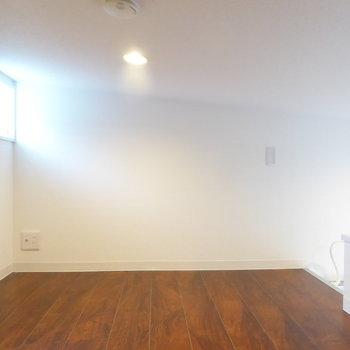 3.2帖なので寝室として使える広さ。勾配天井で窓側は高さもあり狭さは感じにくいです!