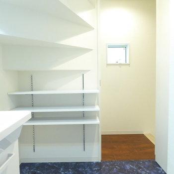 水周りは2階へ。脱衣室は階段下部分に可動棚があります。