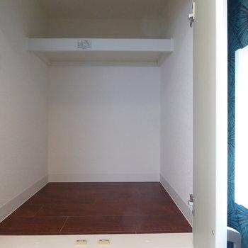 キッチン背面に奥行きがしっかりある収納あります!