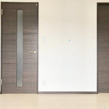 扉の色が落ち着くいい色をしてます。
