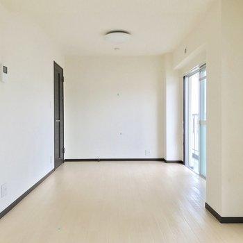 シンプルだから様々な家具が置きやすい。