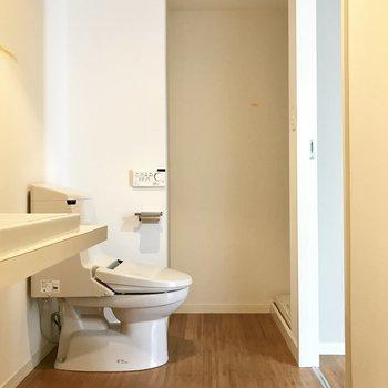 脱衣所に洗面台・トイレ・洗濯機がまとまっています。