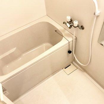 ゆったりめのお風呂。ひねる蛇口なのが残念・・・!