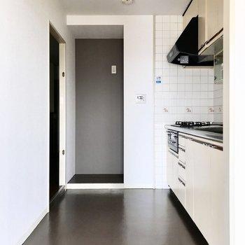 キッチンの奥には冷蔵庫スペースも。コンパクトな食器棚なら置けそうかな?